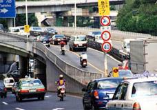大阪府内には二輪車規制が多い(大東市)